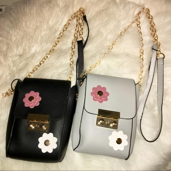 Socrushin Handbags - Gray Flower Clasp Medi Crossbody Purse